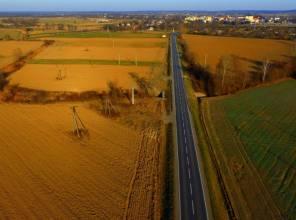 Zdjęcie przedstawia fragment rozbudowanej drogi