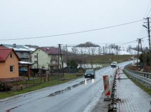 Zdjęcie przedstawia fragment przebudowywanej drogi