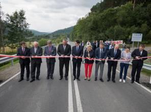 Symboliczne otwarcie drogi - zdjęcie przedstawia uczestników wydarzenia przecinających wstęgę