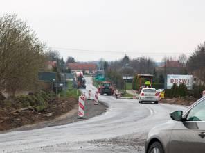 Zdjęcie przedstawia fragment rozbudowywanej drogi