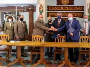 Podpisanie umowy o współfinansowaniu - zdjęcie przedstawia uczestników wydarzenia